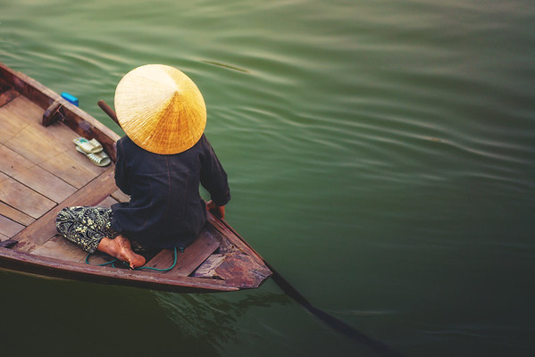 A woman rowing boat in Cai Rang