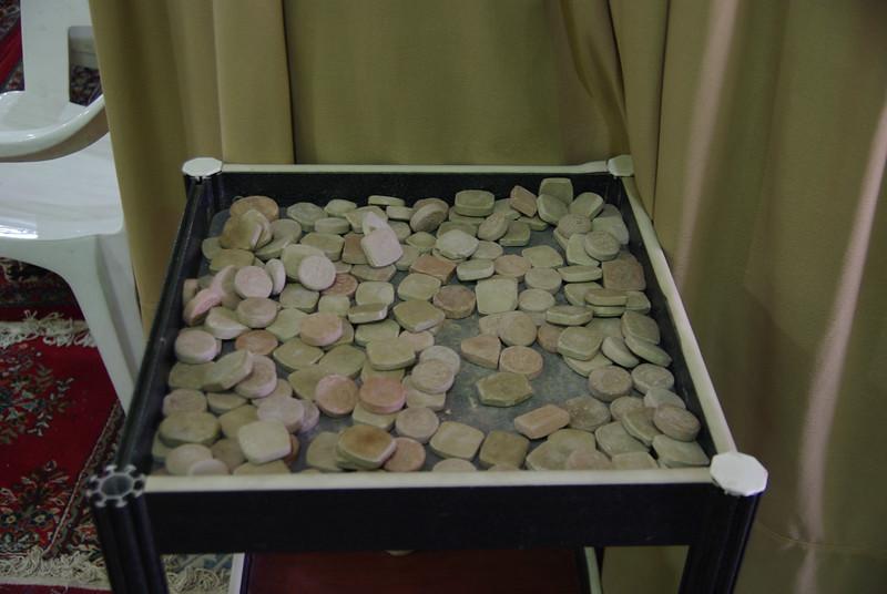 Te gliniane kafelki podkladaja sobie pod głowe prz biciu pokłonów aby były do samej ziemi a nie do dywanu.