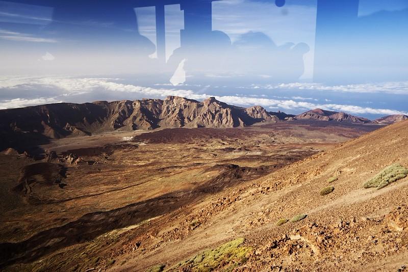 Zhruba uprostřed je vidět hora El Sombrero, kterou jsme před pár dny fotografovali z druhé strany při západu slunce. Uprostřed vlevo se nacházejí Roques de García, kam se dnes chceme podívat pro změnu za denního světla.