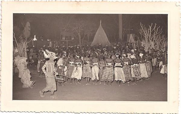 Dundo Junho 1954 - aldeia do Museu Visita de Sua Excelência o Presidente da República, Craveiro Lopes. Batuque, organizado pela Diamang
