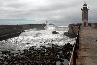 The roaring ocean at Castelo da Foz [and comfort station]