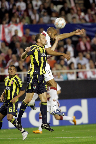 Edu (Fenerbahçe) and Kanoute (Sevilla) jumping for the ball. UEFA Champions League first knockout round game (second leg) between Sevilla FC (Seville, Spain) and Fenerbahce (Istambul, Turkey), Sanchez Pizjuan stadium, Seville, Spain, 04 March 2008.