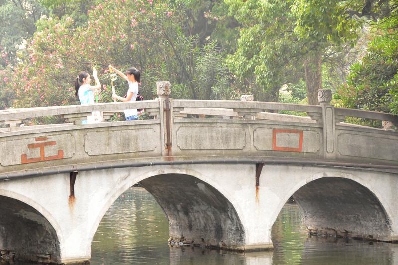 Chinagirlsblow bubbles on bridgeDSC_9485.jpg