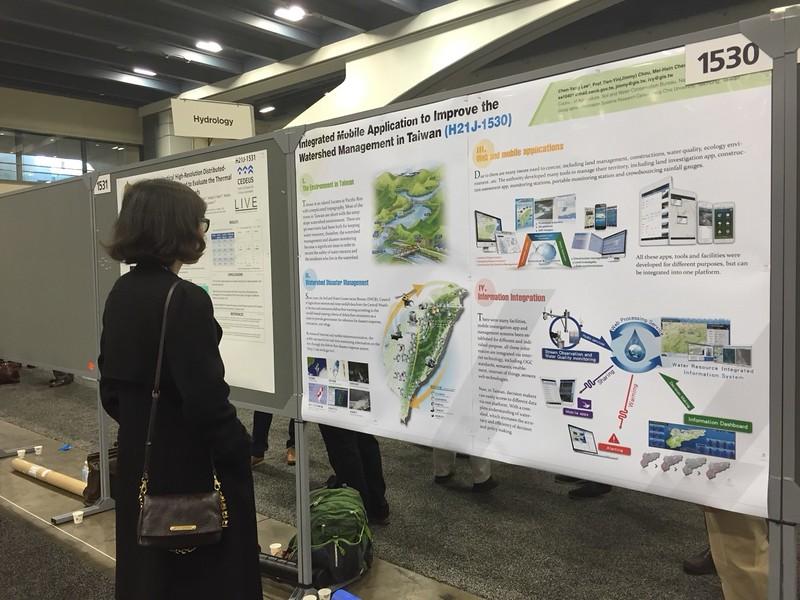 GIS中心開發多年的台灣地區集水區整合管理系統建置成果以海報形式在2015AGU fall meeting發表共襄盛舉.jpg