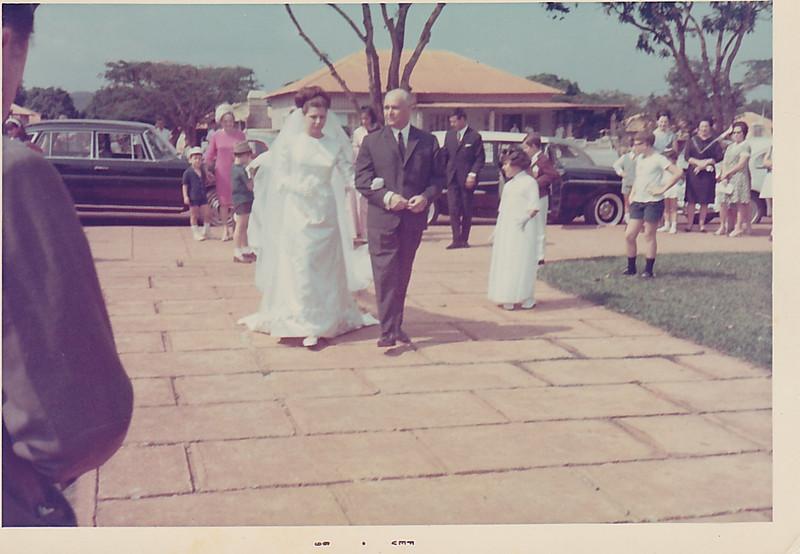 Andrada. 29/09/1968. NÉ JOSEFA E ANTÓNIO CAMPOS Ne' a entrar na Igreja de Andrada pela mao do padrinho - eng. Bexiga. ao fundo Maria Emilia Bexiga, Josefa.....Dominguitos e Carla Pereira