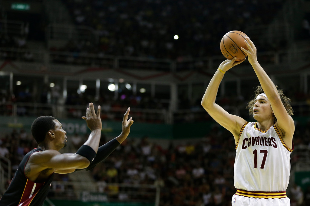 . Cleveland Cavaliers\' Anderson Varejao aims to shoot as Miami Heat\'s Chris Bosh defends during a NBA preseason basketball game that\'s part of the NBA Global Games, in Rio de Janeiro, Brazil, Saturday, Oct. 11, 2014. (AP Photo/Felipe Dana)