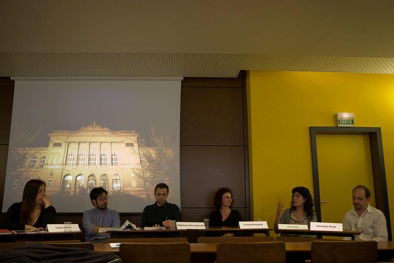 Pia Camil présente son oeuvre, en arrière plan sur le diaporama