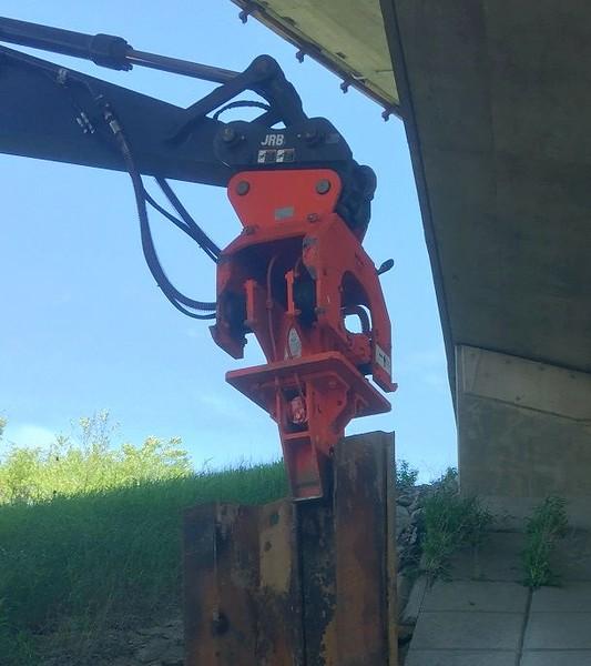 NPK C8CSD sheet pile drive on Deere excavator.jpg