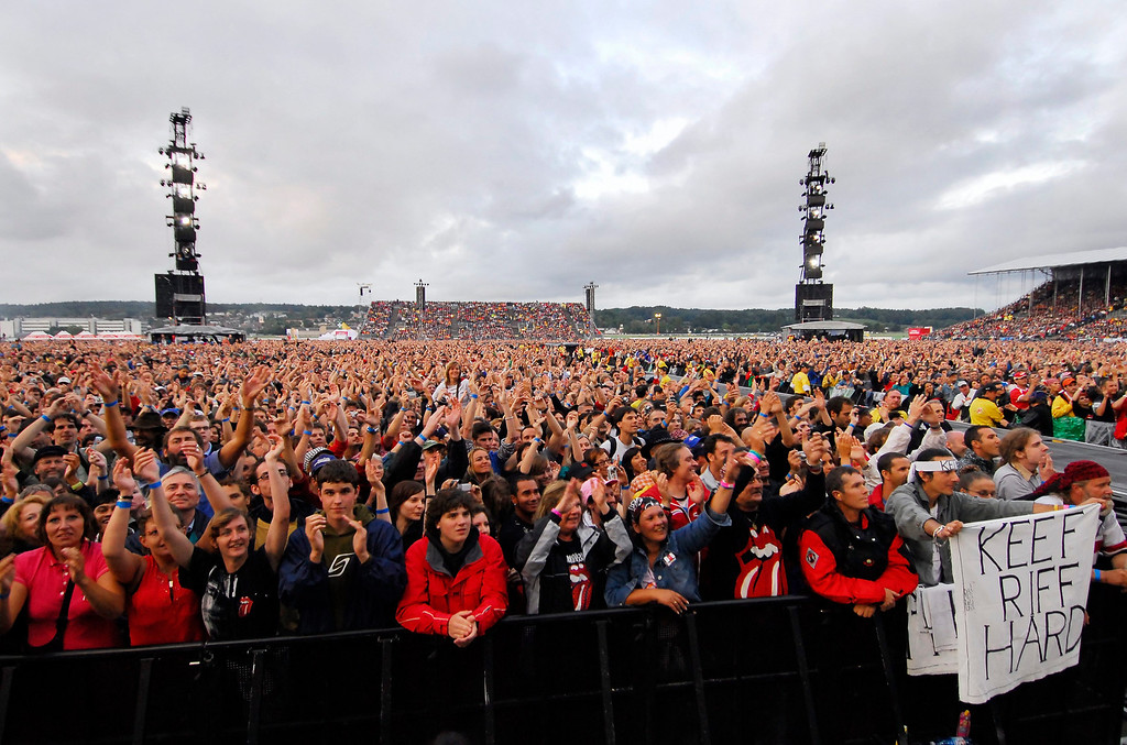 ". The British Band Rolling Stones performs on stage in front of around 68\'000 spectators during a concert at the military airport base in Duebendorf, Switzerland, as part of the band\'s ""A Bigger Bang\"" tour on Saturday, 5. August 2006. (KEYSTONE/Eddy Risch)"
