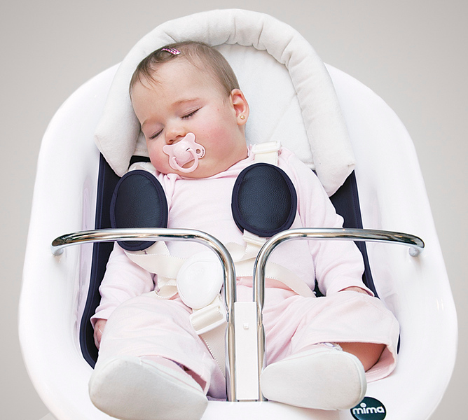 Mima_Moon_Lifestyle_White_Highchair_Black_Seat_Pad_With_Newborn_Cushion_Baby_Sleeping.jpg