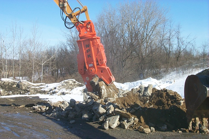 NPK M28G concrete pulverizer on excavator at Hansen-crushing concrete (9).JPG