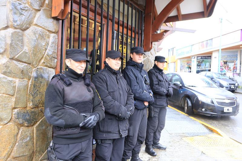 ear;ly Sunday morning Police presence on Av San Martín, Ushuaia.