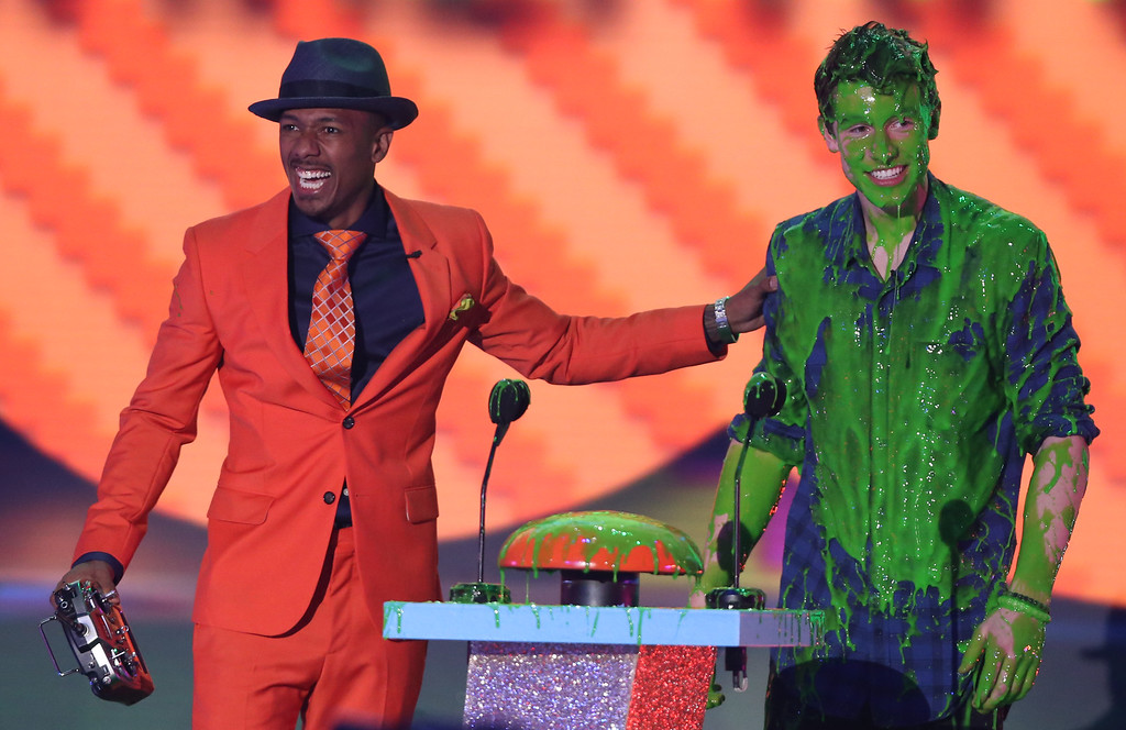 . Nick Cannon, left, and Shawn Mendes present the award for favorite cartoon at Nickelodeon\'s 28th annual Kids\' Choice Awards at The Forum on Saturday, March 28, 2015, in Inglewood, Calif. (Photo by Matt Sayles/Invision/AP)