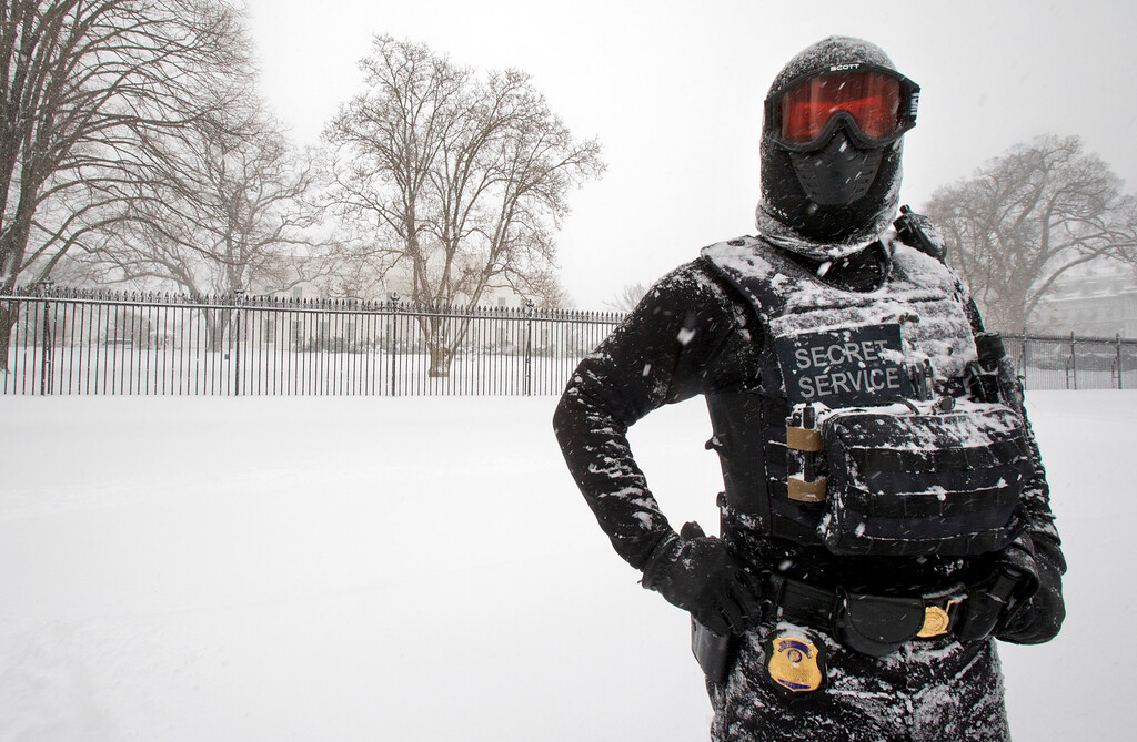 . A uniformed U.S. Secret Service police officer stands guard in a knee-deep snow outside the White House in Washington, Saturday, Jan. 23, 2016.   (AP Photo/Manuel Balce Ceneta)