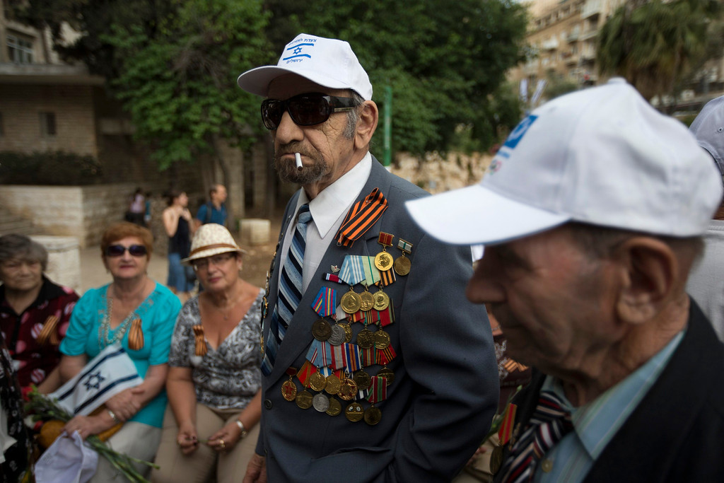 . A World War Two veteran wearing medals on his jacket waits for the start of a parade marking Victory Day, the anniversary of the victory of the Allies over Nazi Germany, in Jerusalem May 9, 2013. REUTERS/Ronen Zvulun