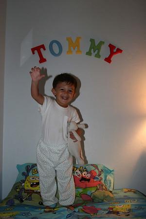 Tommy y sus nuevas sabanas en la cama grande