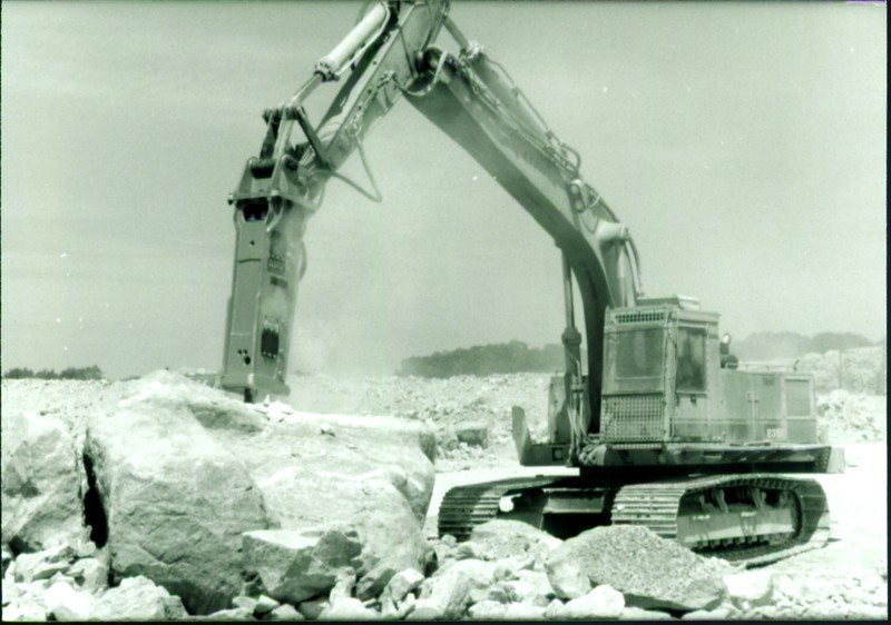 NPK E216 hydraulic hammer on Cat Excavator at Marblehead 6-4-98 (15).JPG