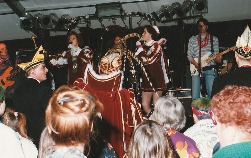 Beide pages zingen: zingen Ademnood van de in dat jaar bekende formatie Linda, Roos en Jessica