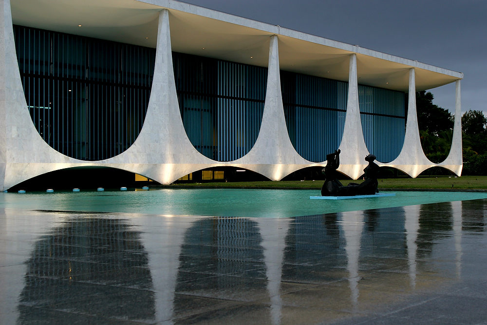 Description of . The Palacio da Alvorada, or Palace of Dawn, the official residence of Brazilian presidents which was designed by architect Oscar Niemeyer in Brasilia, Brazil. According to a hospital spokeswoman on Wednesday, Dec. 5, 2012, famed Brazilian architect Oscar Niemeyer has died at age 104.  (AP Photo/Eraldo Peres)