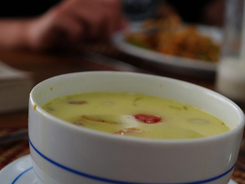 Thailandsk kyllinhsuppe, Tom Ga Ngai, er vel noe av det nærmeste man kommer den fullkomne suppe - ved siden av Innerøysodd. --- The Thai chicken soup, Tom Ga Ngai, must be as close as you get to the perfect soup, toghether with the Norwegian Innerøysodd. (Foto: Geir)