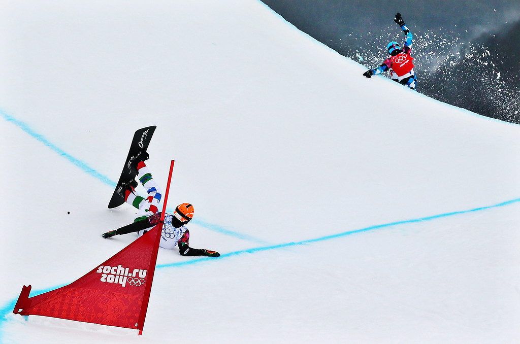 . ommaso Leoni (L) of Italy drops out following a colission with Alessandro Haemmerle (R) of Austria during the second quarter final run in the Men��òs Snowboard Cross at Rosa Khutor Extreme Park at the Sochi 2014 Olympic Games, Krasnaya Polyana, Russia, 18 February 2014.  EPA/SERGEY ILNITSKY