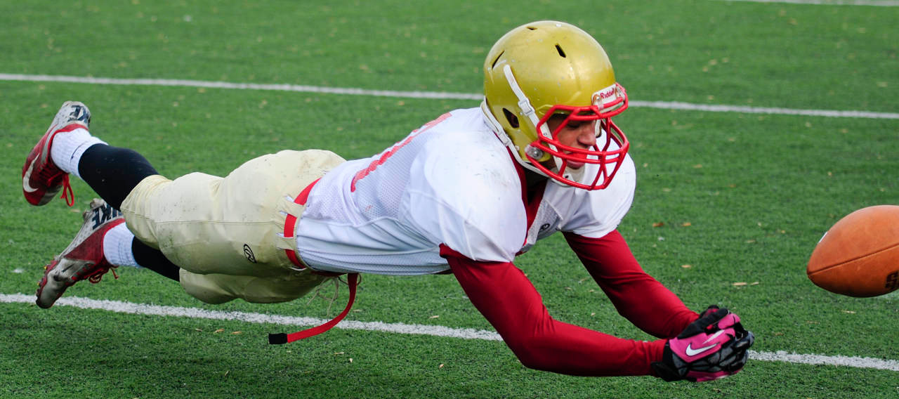 . Henry Sibley wide receiver Kenneth Jinkins (10) dives for a catch during the third quarter. (Pioneer Press: Simon Guerra)