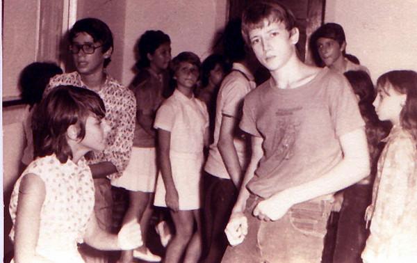 Dundo 1973  Luis Valente, Pedro Cadete, Isabel Reis, Teresa Gameiro, o Helder, a Ratocas e a Bernardete Peles na festa dos 16 anos do David Luna