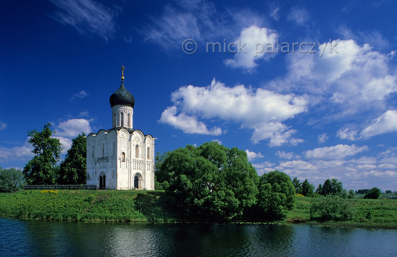 [RUSSIA.GOLDENRING 25.913] 'Solitary church at Bogolyubovo.'  The Church of the Intercession on the Nerl (Pokrova Bogomateri Church) was built in 1165 on an artificial mound at the confluence of the Nerl and Klyazma Rivers near Bogolyubovo. Its solitary setting and elegant architecture make it one of Russia's most beautiful churches. Photo Mick Palarczyk.