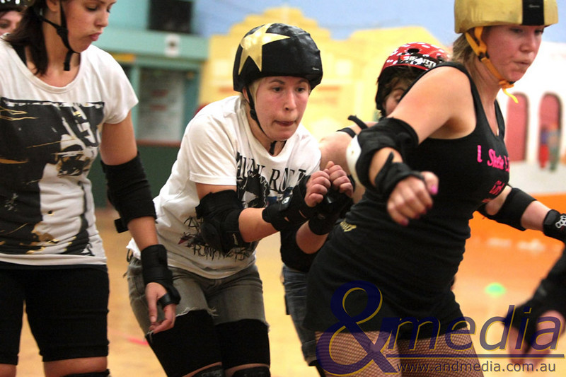 """051010GCRD5888 Gold City Roller Derby training - 5th October 2010 """"Shifty Swifty"""" weaves her way through the pack during the scrimage session. Photo - Andmedia ©2010."""