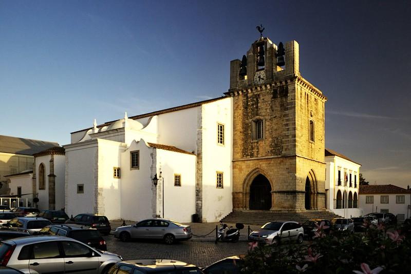 Katedrála ve Faru. Na naše poměry je to taková hodně nenápadná katedrála, pravda.