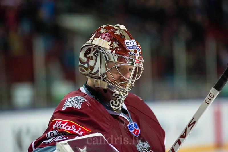 Goaltender of Dinamo Riga Mikael Tellqvist (32)