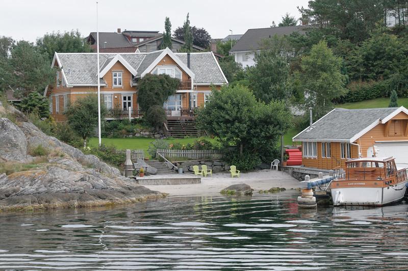 Früher sollen die Stadtinseln eher ärmlich gewesen sein. Heute stehen hier Luxushäuser mit Zugang zum Strand.