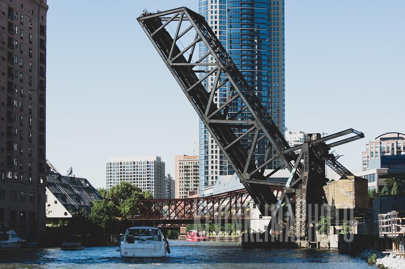 chicagoriverbridgeboat.jpg