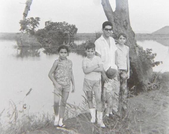 Enfermeiro Carmo com filhas Antonieta e Gisela e filhos do Venancio : Ivo e Jean Claude