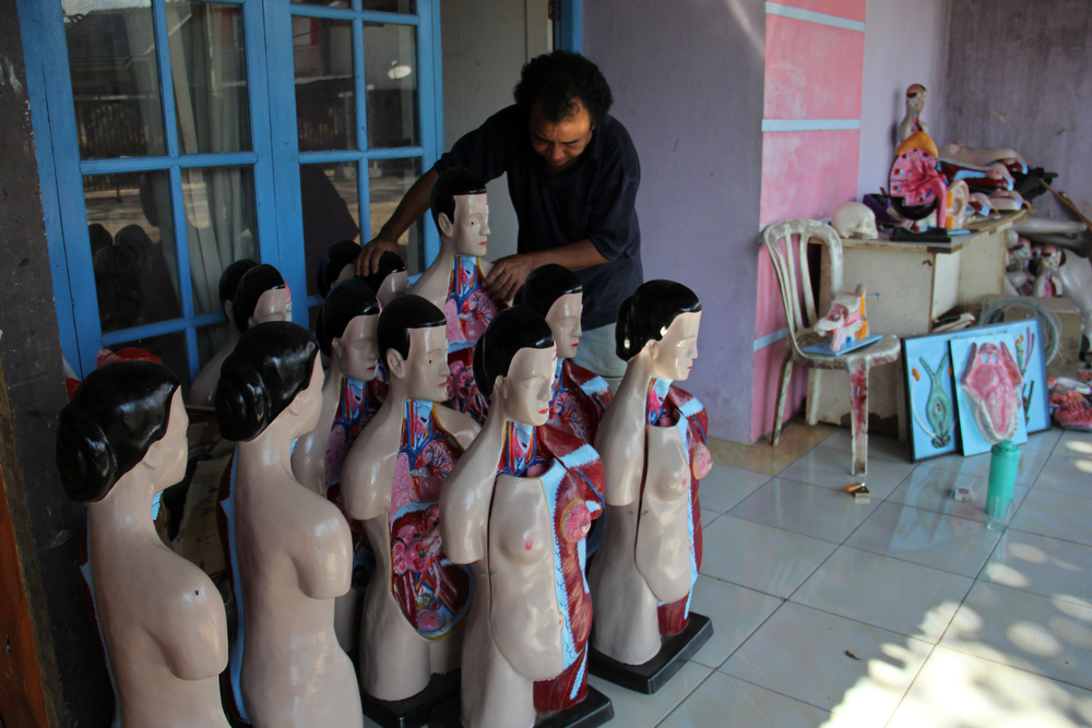 . A craftsman spruce human anatomy mannequins are completed on April 23, 2014 in Depok, West Java, Indonesia. The mannequins are made from fiberglass and will be used in schools, hospitals and laboratories.  (Photo by Nurcholis Anhari Lubis/Getty Images)