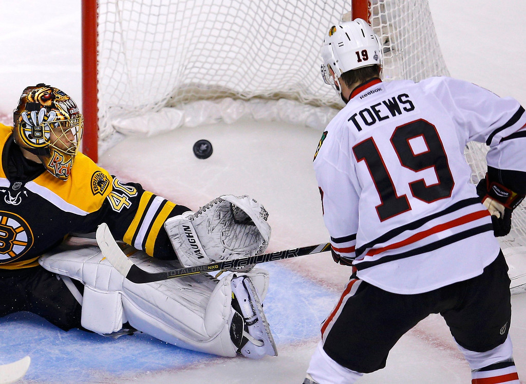 . Chicago Blackhawks\' Jonathan Toews (R) scores on Boston Bruins goalie Tuukka Rask during the second period in Game 4 of their NHL Stanley Cup Finals hockey series in Boston, Massachusetts, June 19, 2013. REUTERS/Brian Snyder