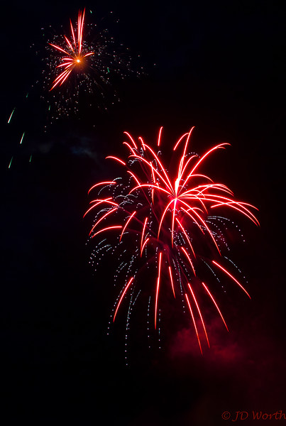 070417 Luray VA Downtown Fireworks - Peppermint Stars with White Dotted Streamers-0920.jpg