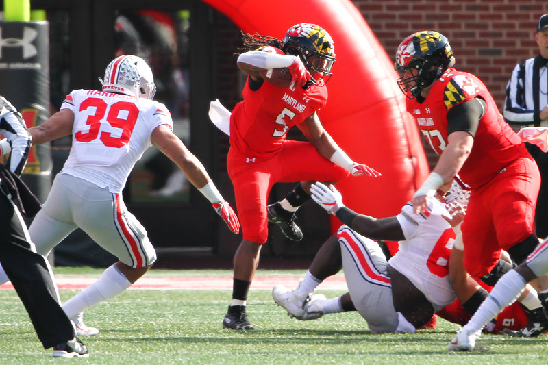 Maryland RB #5 Anthony McFarland breaks through a gap in the defense.
