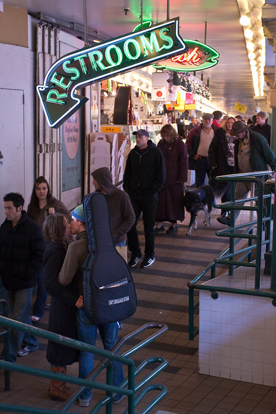 20090102-couple kissing pike place-3823-2.jpg