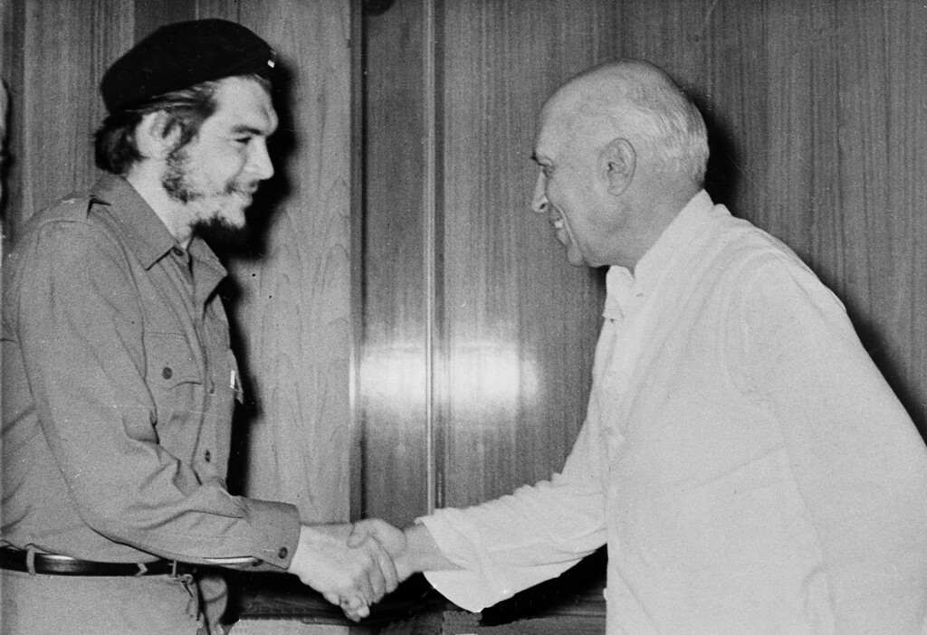 ". Commander Ernesto ""Che\"" Guevara, the Argentine doctor who became one of Fidel Castro\'s right hand men in Cuba, is greeted by Indian Prime Minister Jawaharlal Nehru during Guevara\'s visit to New Delhi, July 2, 1959. (AP Photo)"