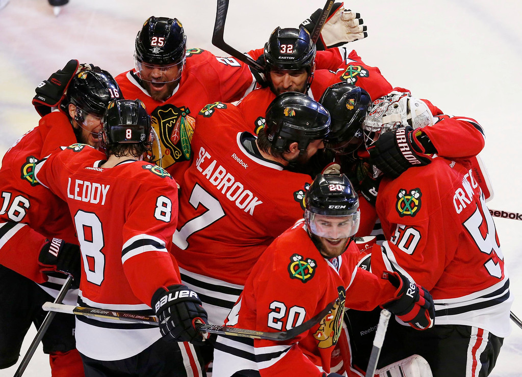 . The Chicago Blackhawks celebrate after defeating the Los Angeles Kings in double overtime in Game 5 of their NHL Western Conference final hockey playoff series in Chicago, Illinois, June 8, 2013. REUTERS/Jim Young