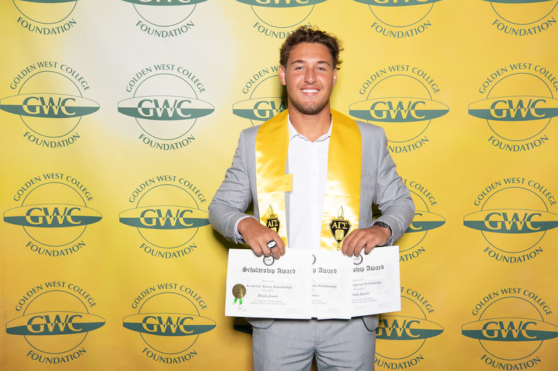 Scholarships-Awards-2019-0829.jpg