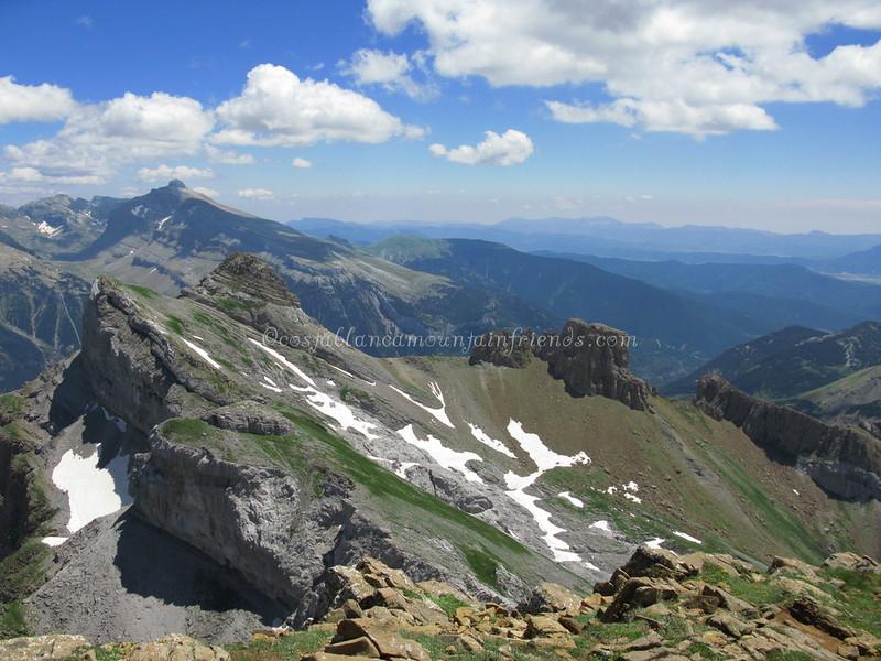 From Pico de Aspe 2645m looking east to Pico de la Garganta de Aisa 2502m, El Sombrero 2560m, Pico de La Garganta de Borau 2565m and Mallos Lecherines 2450m