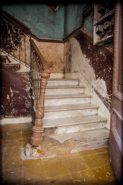 It looks abandoned. But I climbed these steps, and they lead to lots of appartments, just as crumbled, where many families still live.