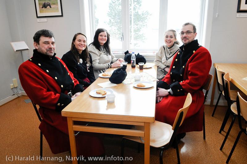 VU-2011: Museum Nord - Narvik, utstillinger, besøk av Svarta Bjørn-kandidatene. Noen rakk en kopp kaffe og en vaffel på skrå i et ellers tett program.