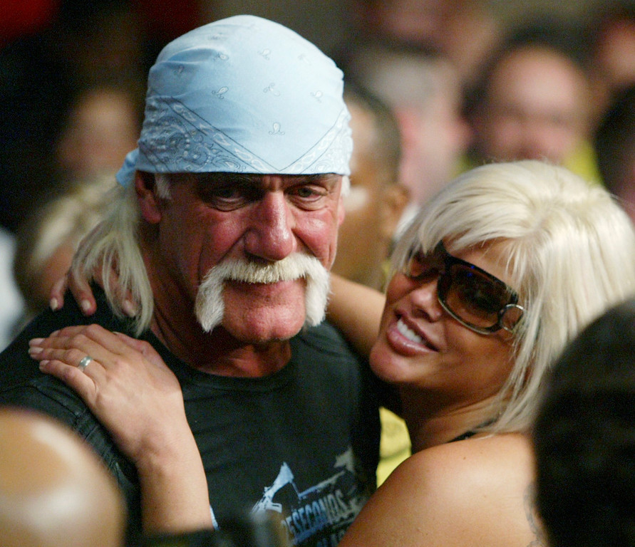 . Hulk Hogan and Anna Nicole Smith pose for photographers as they attend a boxing match Saturday, Jan. 6, 2007, in Hollywood, Fla. (AP Photo/Wilfredo Lee)