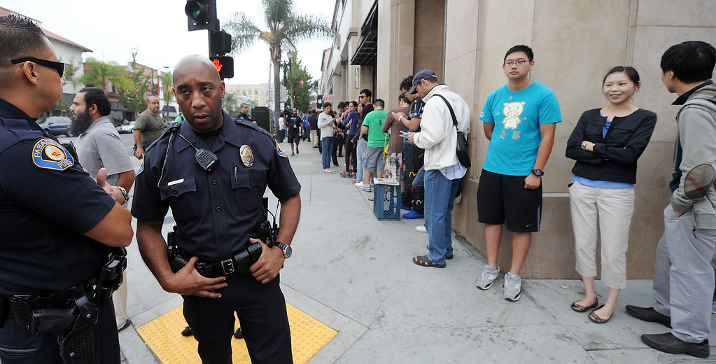 . Long lines of people waiting to purchase new IPhones at Apple Store in Pasadena Friday, September 20, 2013. Police detained three people after a fight erupted outside Apple Store,where a crowd waited overnight for release of the new iPhone. The fight was over homeless people who were promised $40 and didn\'t get paid, to wait overnight to purchase IPhones for a buyer.(Photos by Walt Mancini/Pasadena Star-News)