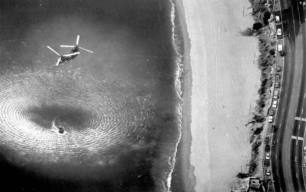 . A helicopter picks up water from the Pacific Ocean at Topanga Canyon Boulevard.   (11/3/93)   Los Angeles Daily News file photo