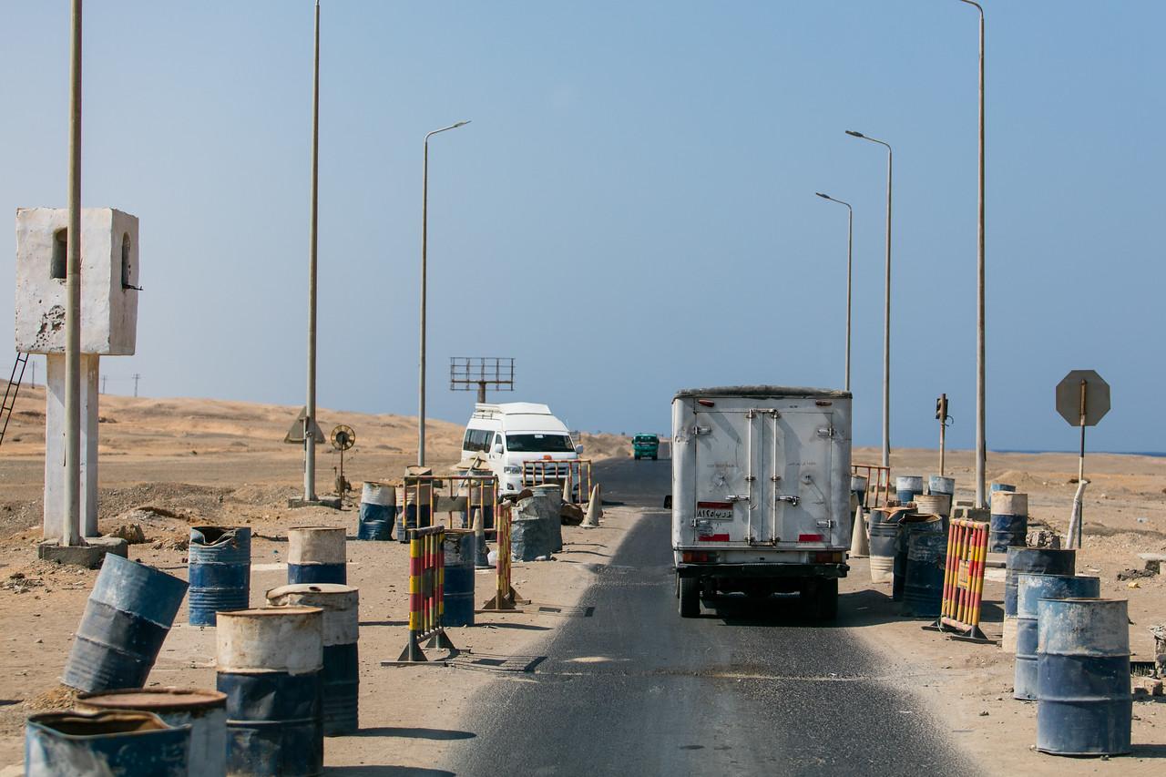 Egipt; PrzezOknoAutobusu; Safari; stała kontrola drogowa z barykadami
