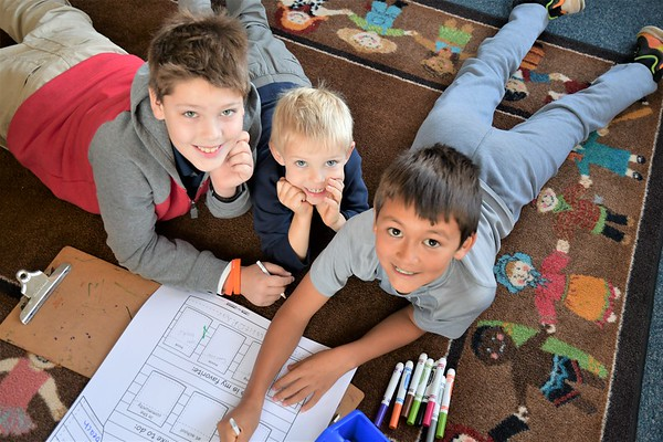 """Fourth Graders Help Kindergarten Buddies with """"All About Me"""" Tees"""